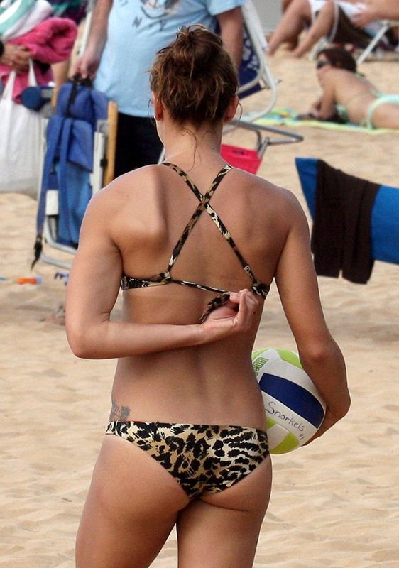 ALEX-MORGAN-Leopard-Bikini-Beach-Hawaii-Kanoni-3