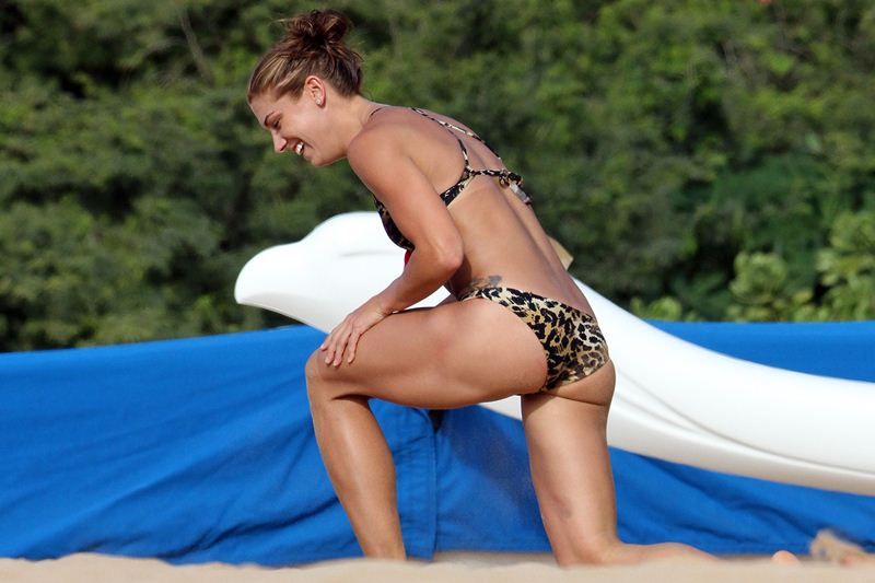 ALEX-MORGAN-Leopard-Bikini-Beach-Hawaii-Kanoni-6