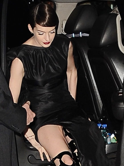 anne-hathaway-wardrobe-malfunction-at-nyc-premiere-of-les-miserables-kanoni-4