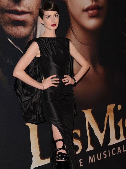 anne-hathaway-wardrobe-malfunction-at-nyc-premiere-of-les-miserables-kanoni-6
