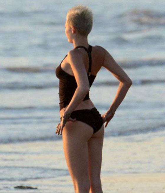Miley-Cyrus-In-Bikini-on-a-beach-in-Costa-Rica-kanoni-tv-01
