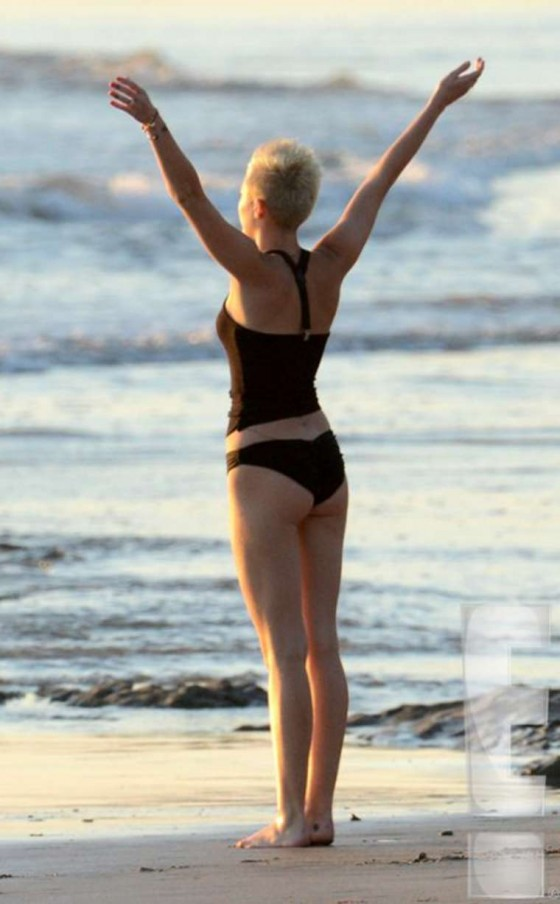 Miley-Cyrus-In-Bikini-on-a-beach-in-Costa-Rica-kanoni-tv-06