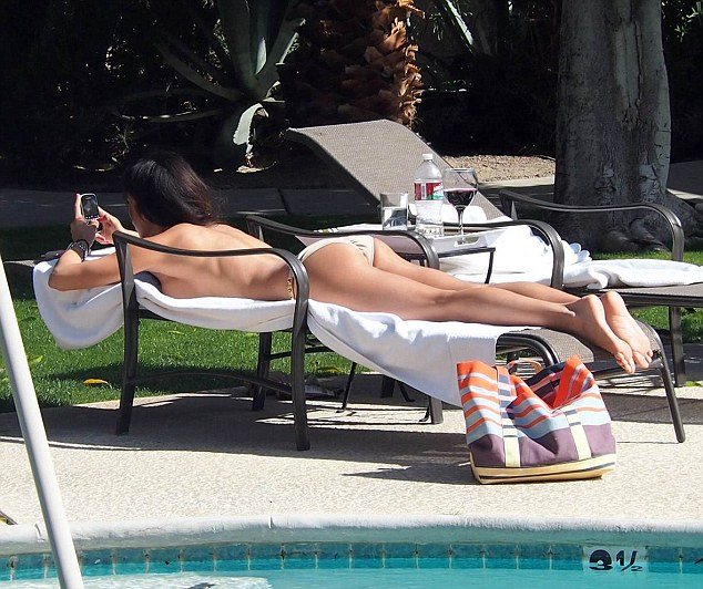 Leilani-Dowding-Sunbath-Pool-Kanoni-tv-6