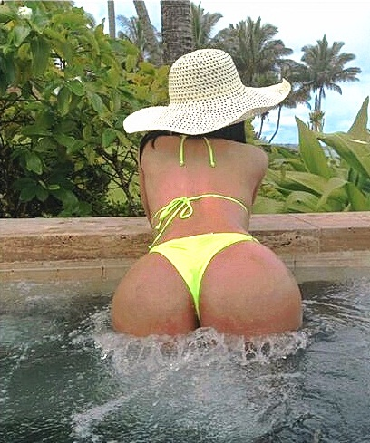 Nicki-Minaj-In-Yellow-Bikini-03