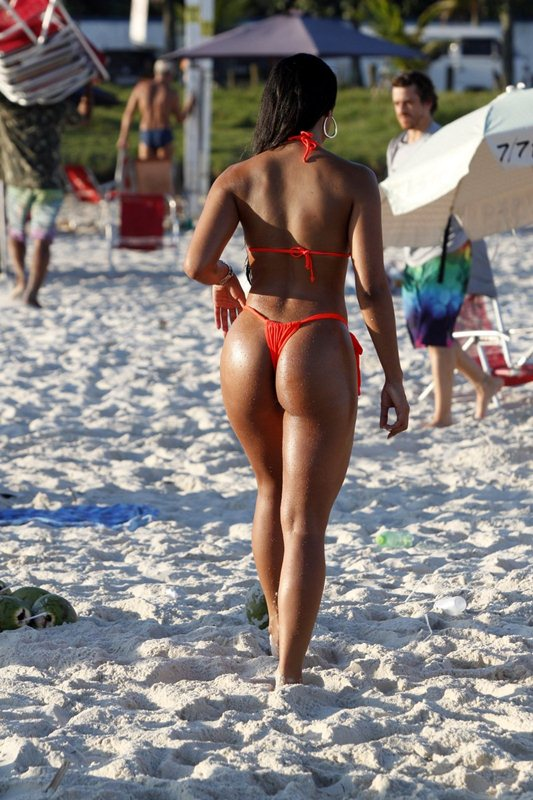 Janine_Machado_tiny_bikini_barra_beach_kanoni_tv_5