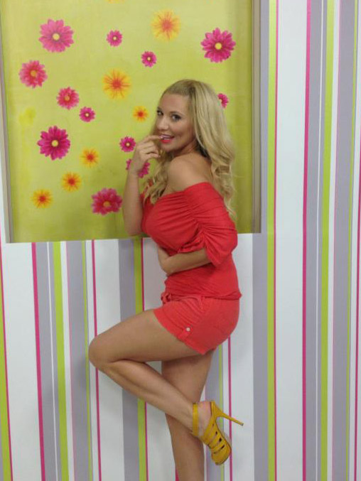 Evi-Xeila-Red-Dress-Kanoni-tv-2