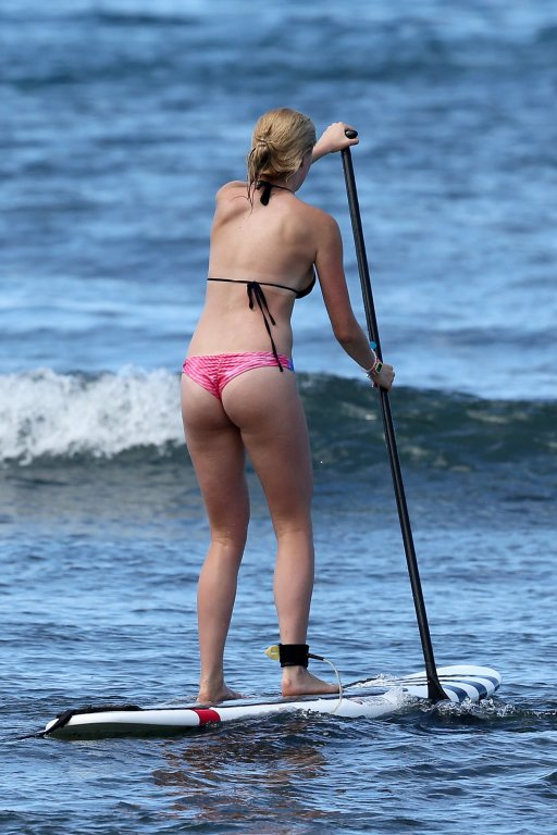 Ireland_Baldwin_bikini_hawaii_paddle_boarding_kanoni_tv_1