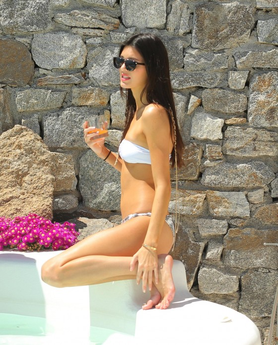 Kendall-Jenner-in-a-Bikini-in-Mykonos-Greece-kanoni-tv-5