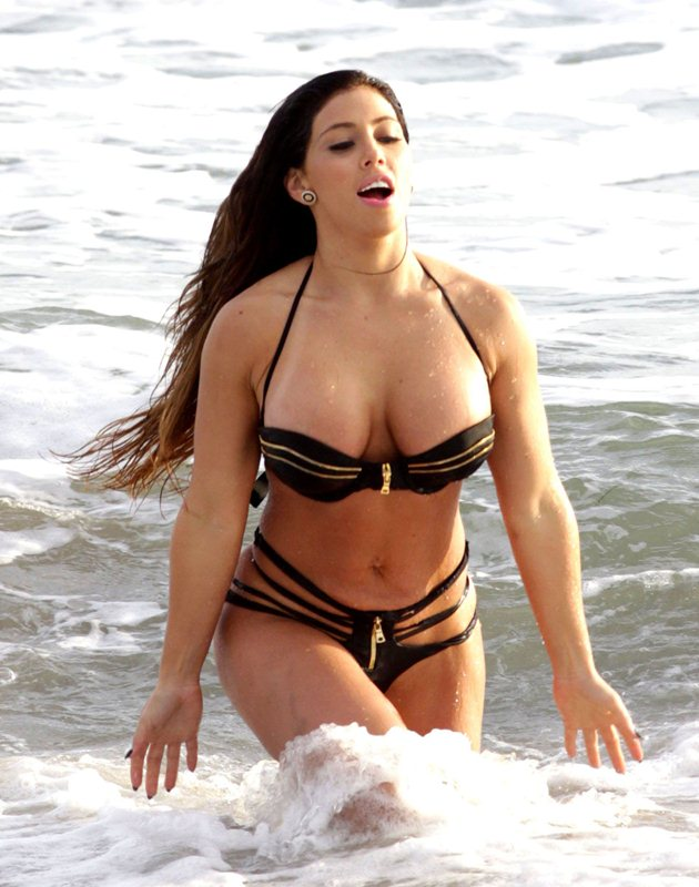 Carmen Ortega Shows Off Her Curvy Body On The Beach