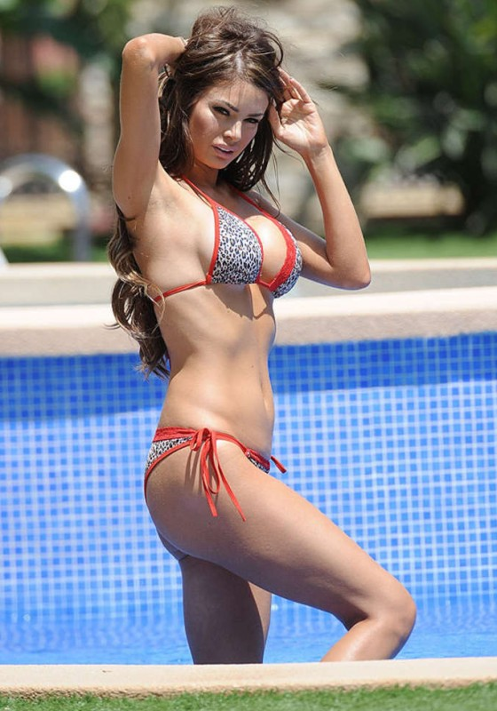 Chloe-Sims-Bikini-by-the-pool-spain-kanoni-2