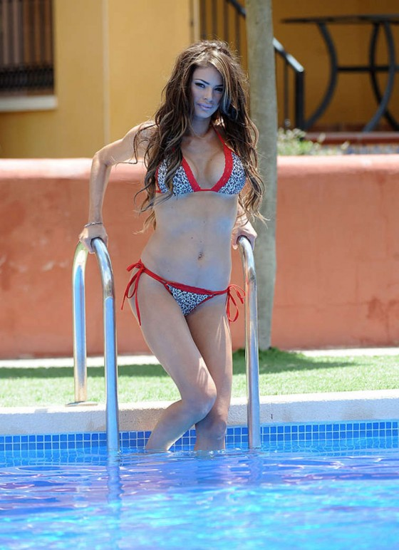 Chloe-Sims-Bikini-by-the-pool-spain-kanoni-3