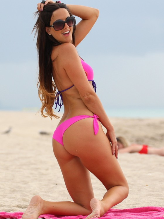 Claudia-Romani-in-a-Pink-Bikini-on-Miami-Beach-kanoni-tv-01