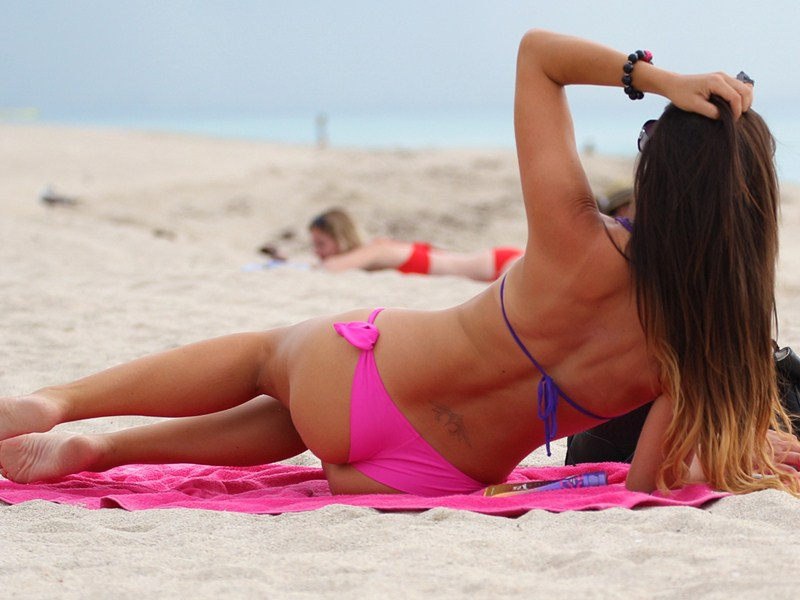 Claudia-Romani-in-a-Pink-Bikini-on-Miami-Beach-kanoni-tv-04