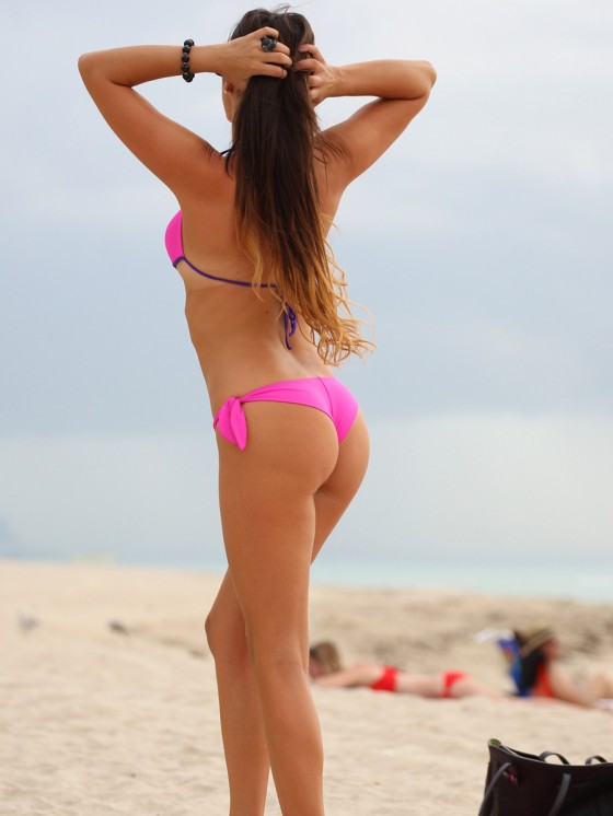 Claudia-Romani-in-a-Pink-Bikini-on-Miami-Beach-kanoni-tv-06
