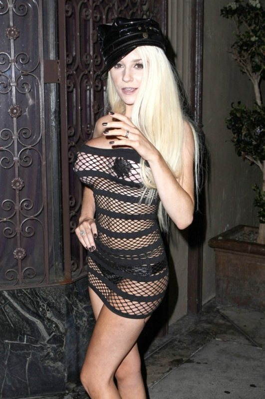 Courtney-Stodden-hot-outfit-in-Hollywood-kanoni-05