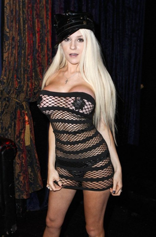 Courtney-Stodden-hot-outfit-in-Hollywood-kanoni-06