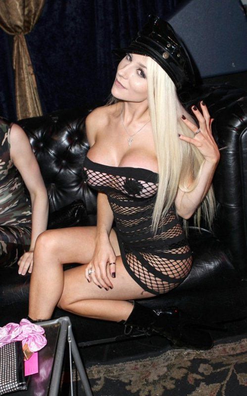 Courtney-Stodden-hot-outfit-in-Hollywood-kanoni-07