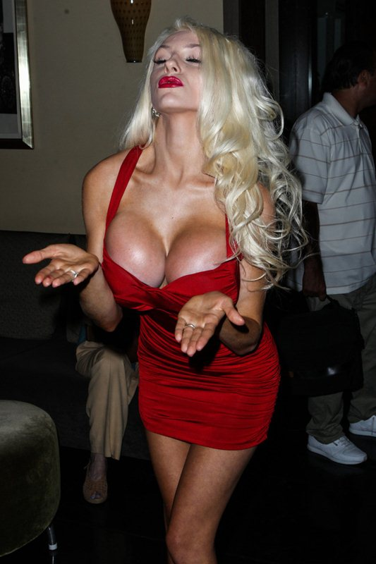 courtney_stodden_red_dress_art_show_hollywood_kanoni_4