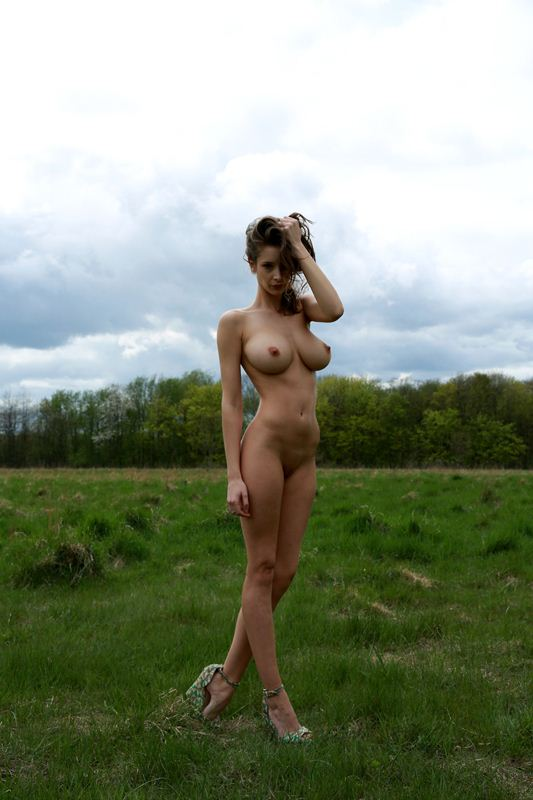 Emily-Shaw-naked-in-nature-kanoni-2