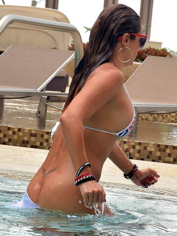 jennifer-nicole-lee-bikini-slips-poolside-in-miami-kanoni-2