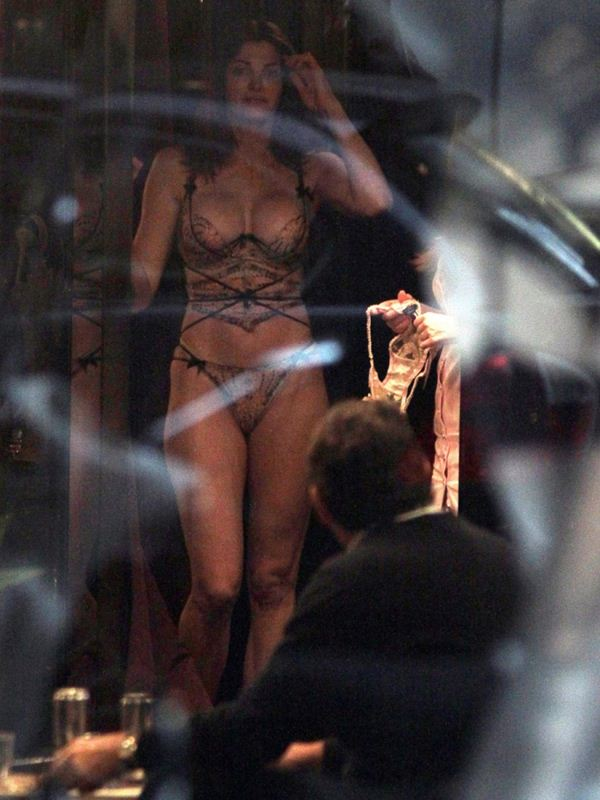 stephanie-seymour-trying-lingerie-peter-brant-milan-kanoni-2