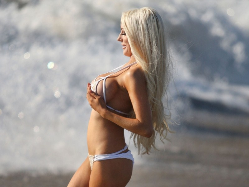 Courtney-Stodden-White-Bikini-Ventura-Beach-Kanoni-15