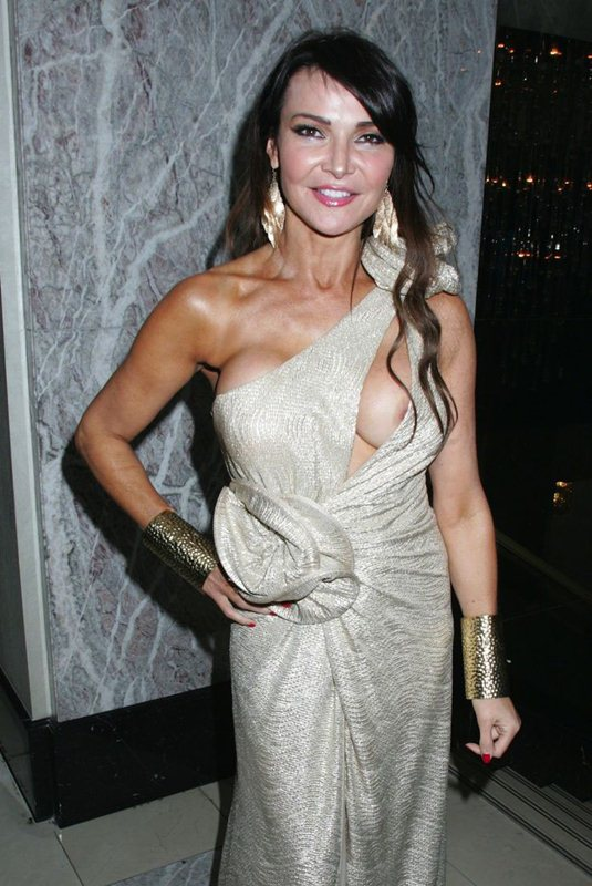Lizzie-Cundy-nip-slip-golden-dress-kanoni-1