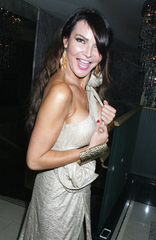 Lizzie-Cundy-nip-slip-golden-dress-kanoni-2