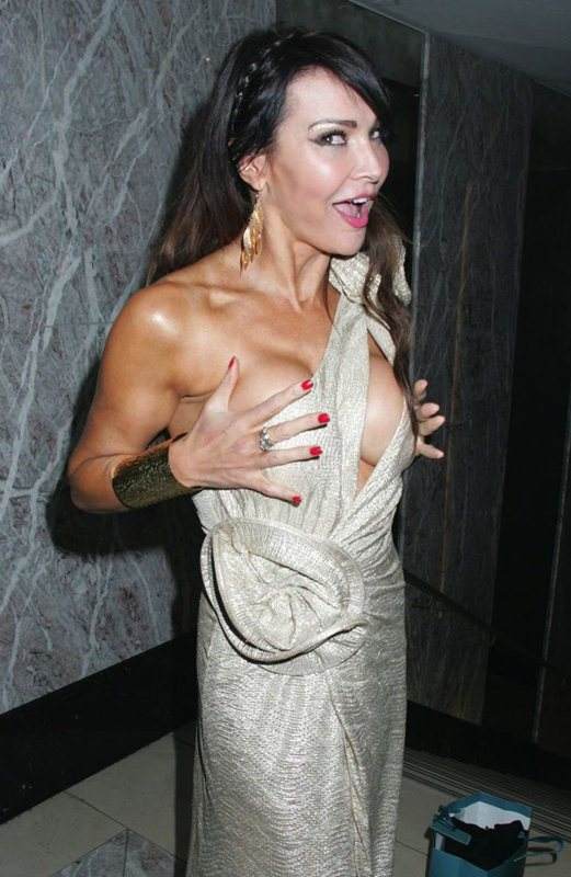 Lizzie-Cundy-nip-slip-golden-dress-kanoni-4