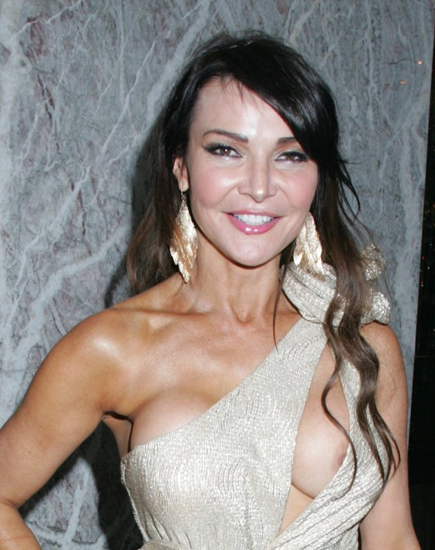 Lizzie-Cundy-nip-slip-golden-dress-kanoni-6