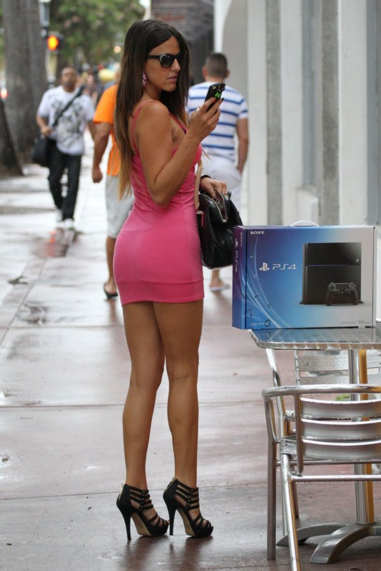 claudia-romani-shopping-for-a-sony-playstation-kanoni-1