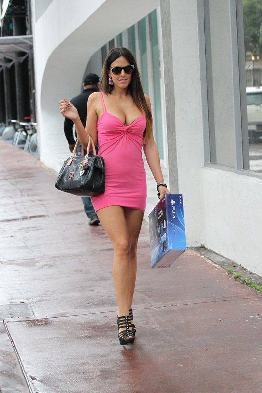 claudia-romani-shopping-for-a-sony-playstation-kanoni-5