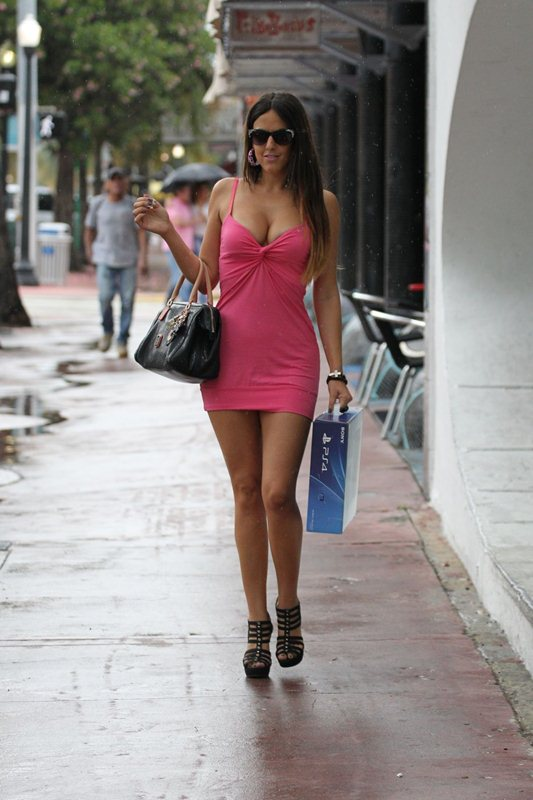 claudia-romani-shopping-for-a-sony-playstation-kanoni-6