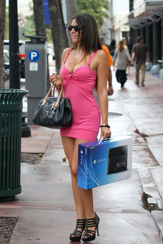 claudia-romani-shopping-for-a-sony-playstation-kanoni-7