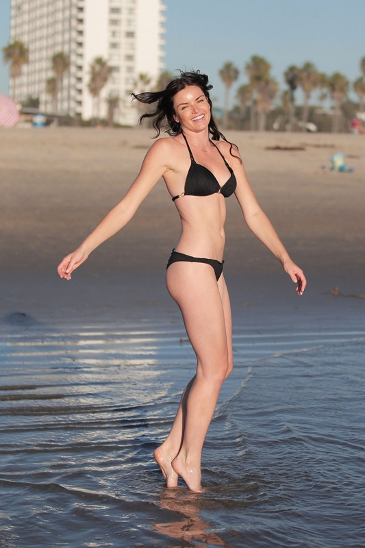 **EXCLUSIVE** Courtney Robertson shows off her bikini body at the beach in Los Angeles