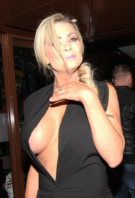 nicola_mclean_busty_black_dress_kanoni_4