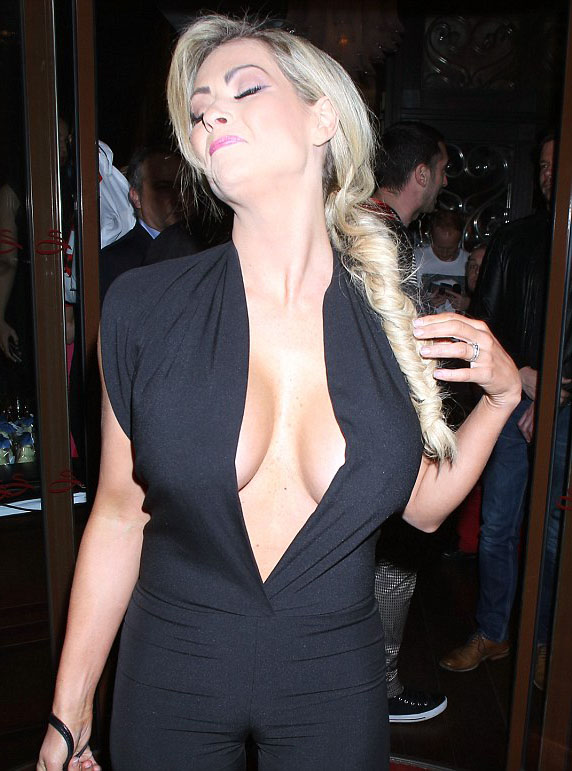 nicola_mclean_busty_black_dress_kanoni_7