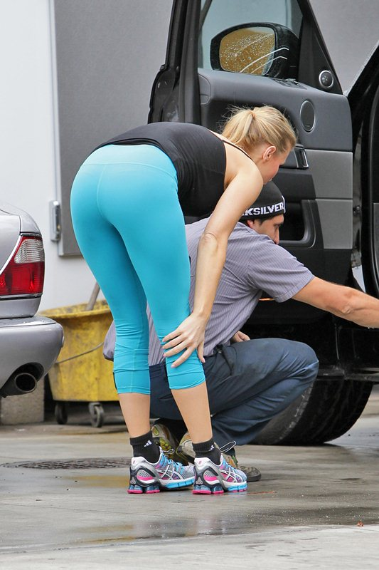 **EXCLUSIVE** Joanna Krupa rolls up to a Miami gas station to have a very pleased looking mechanic check look over her tires