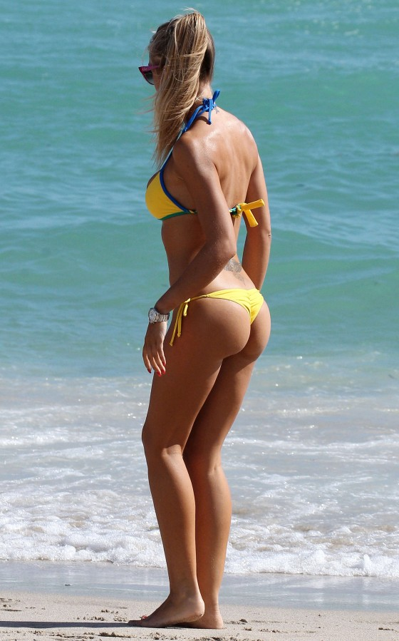 Laura-Cremaschi-Bikini-playing-soccer-in-Miami-Kanoni-1
