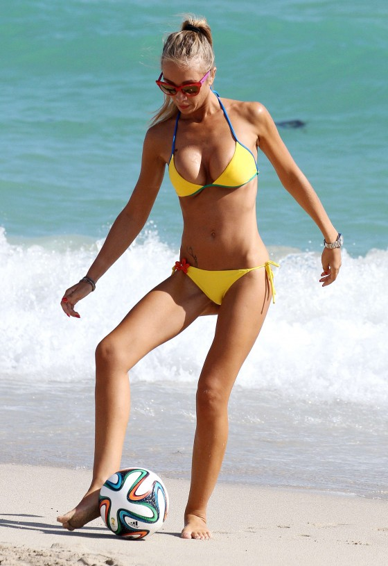 Laura-Cremaschi-Bikini-playing-soccer-in-Miami-Kanoni-2