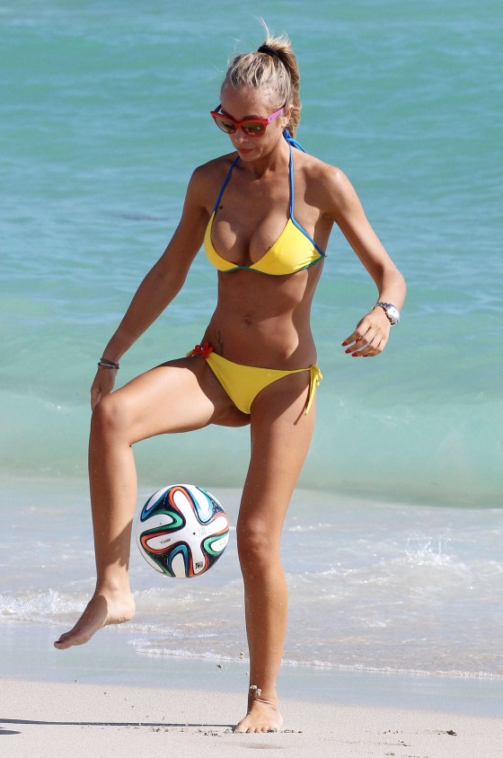 Laura-Cremaschi-Bikini-playing-soccer-in-Miami-Kanoni-3