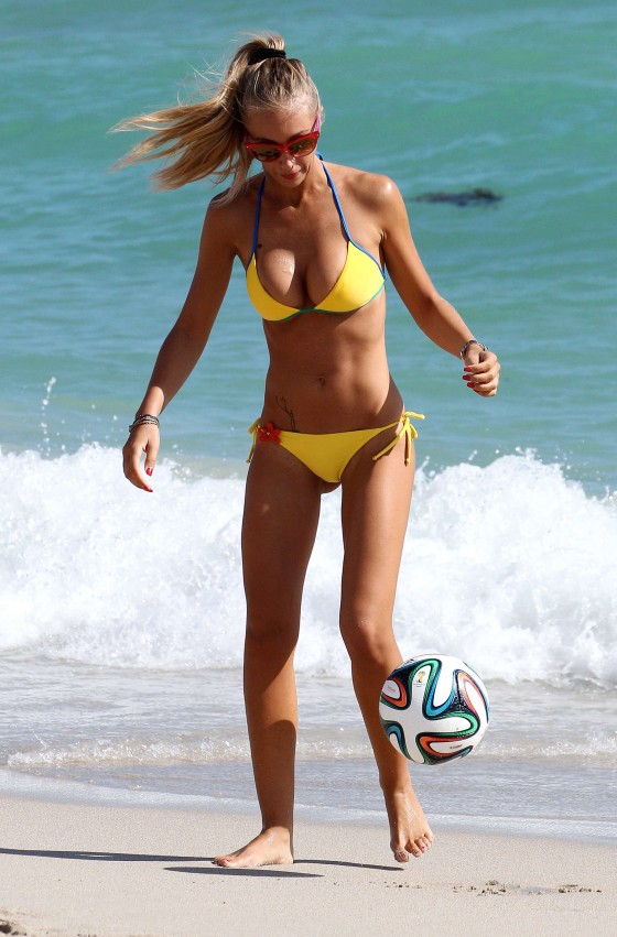 Laura-Cremaschi-Bikini-playing-soccer-in-Miami-Kanoni-4