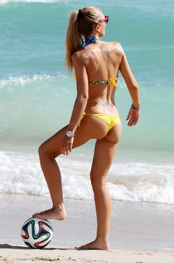 Laura-Cremaschi-Bikini-playing-soccer-in-Miami-Kanoni-8