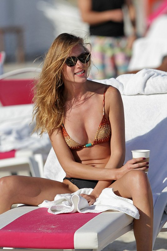 Model Olga Kent seen enjoying holidays with friends on Miami Beach
