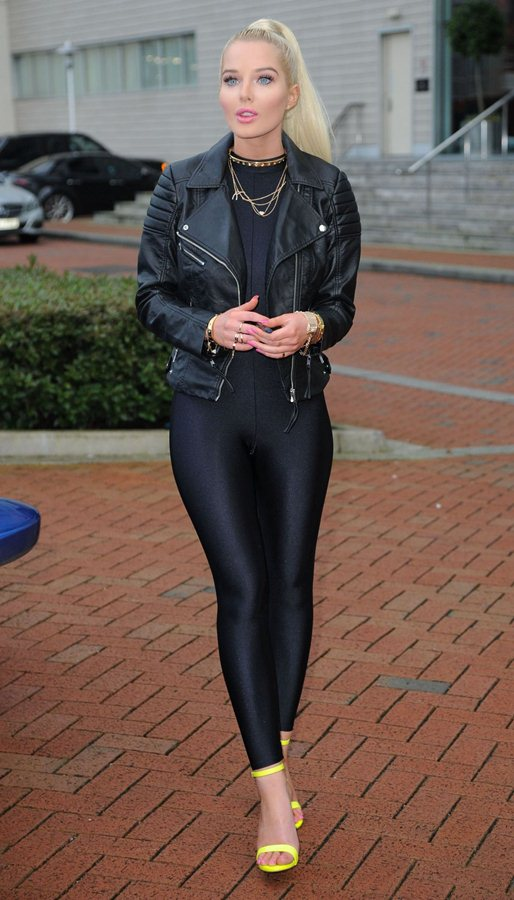 helen-flanagan-promotes-a-new-electronic-cigarette-in-manchester-kanoni-5