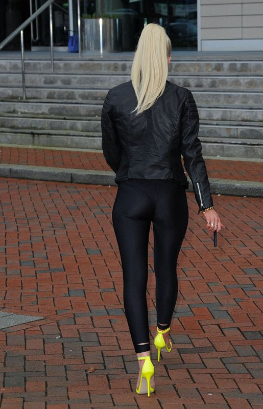 helen-flanagan-promotes-a-new-electronic-cigarette-in-manchester-kanoni-7