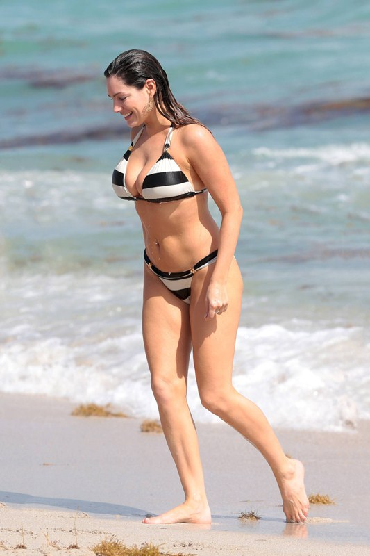 Kelly_Brook_Curves_Bikini_Miami_Beach_Kanoni_4