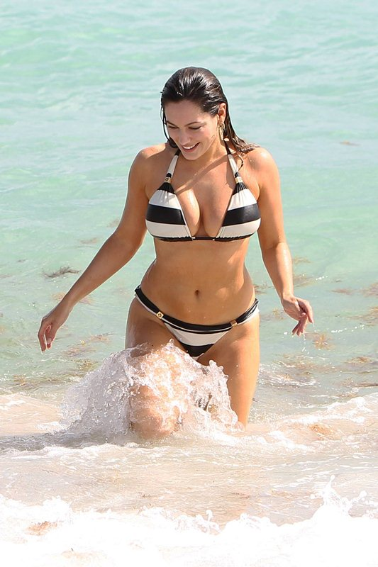 Kelly_Brook_Curves_Bikini_Miami_Beach_Kanoni_6