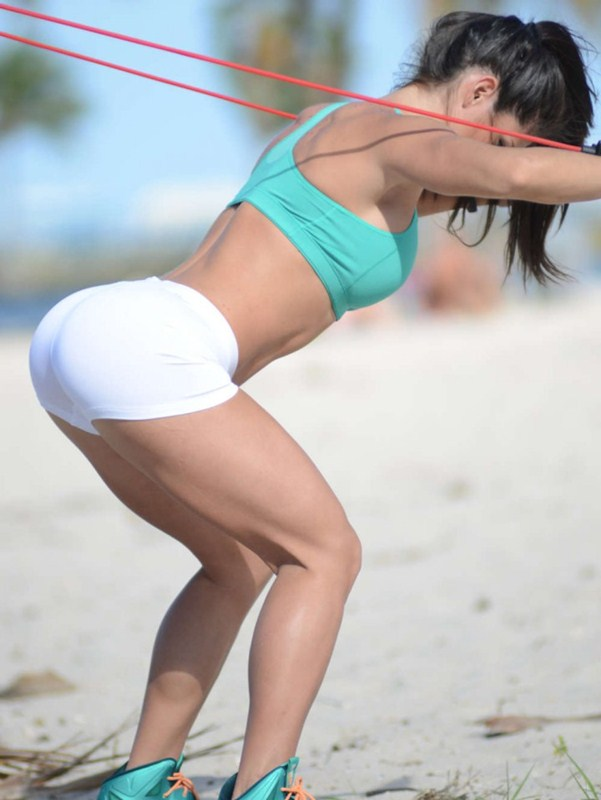 Michelle-Lewin-white-shorts-workout-park-kanoni-1