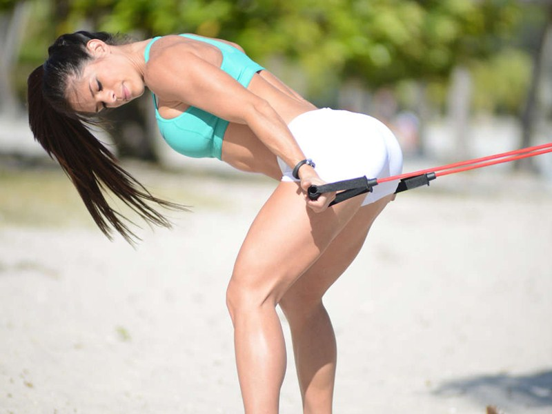 Michelle-Lewin-white-shorts-workout-park-kanoni-5